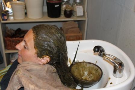 Här är jag med en örtbaserad hårinpackning i håret...