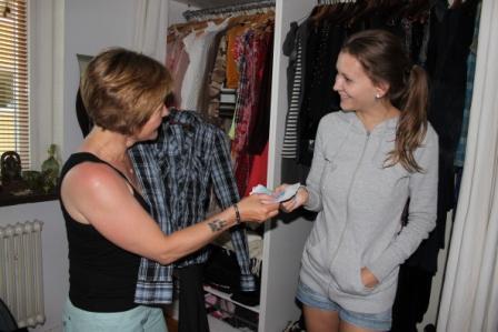 Cate bestämmer sig för byxorna och skjortan