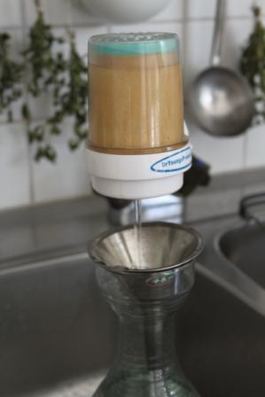 Vattnet går genom reningsfiltret först sedan genom virvlaren ner i karaffen.