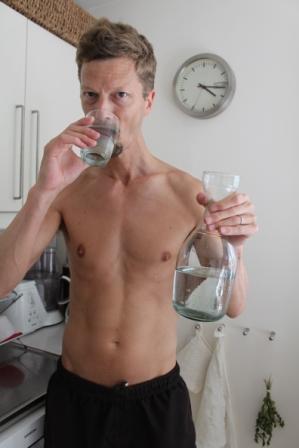 Jens njuter det renade, Ph-balanserade och virvlade vattnet