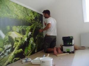 Ronny Östling från Grön Byggnation tapetserar