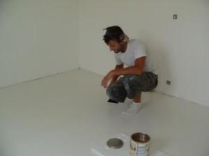 Ronny är en fena på att lägga golv och måla med linolja