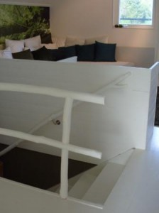 Staketet och trappräcket är designade av Ronny Östling och Gita Ljungggren och tillverkade av Grön Byggnation och Moder Jord