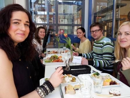 Mina glada och nöjda kollegor njuter maten