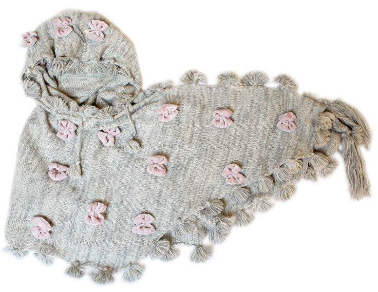 Söt ljsugrå sjal med rosa sammetsrosetter.