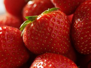 Ekologiska jordgubbar smakar riktig sommar