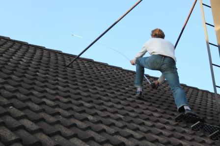 Andreas Molin mäter vårt tak (2)