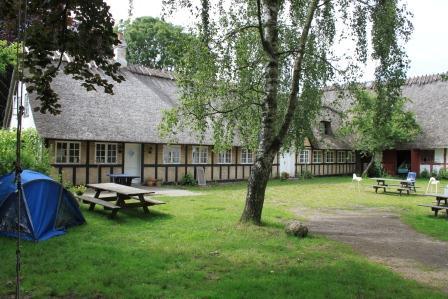 Gemensam huvudbyggnad med bl.a. kök, matsal, matförråd och källsortering