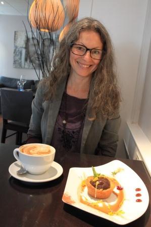 Rå chokladdessert och kaffe latte med mandelmjölk