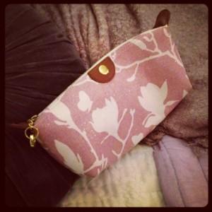 Rosa kosmetik-väska. På utsidan ekologiskt bomull. Fodrad med eko-hampa.
