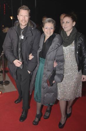 Jens, Gita och Maya på röda mattan