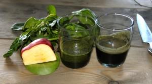 Till vänster spenat- och äppeljuice och till höger nässeljuice